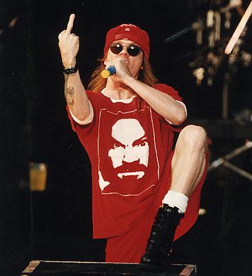 Axl Rose en directo con una camiseta con el rostro de Manson
