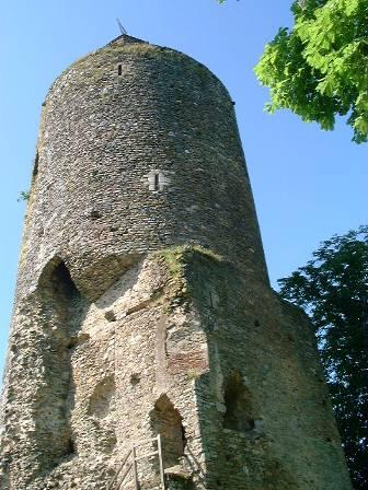 Ruinas del castillo de Tiffauges, perteneciente a Gilles