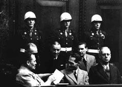Hess bromea con Göring en Nuremberg