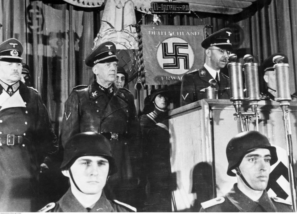 Гиммлер во время митинга перед своим эсэсовцем. Черный орден